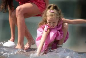 Bambina cerca refrigerio presso una fontana (GettyImages)