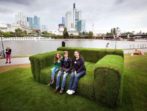 Francoforte un divano gigante fatto con il prato viaggi for Divano gigante