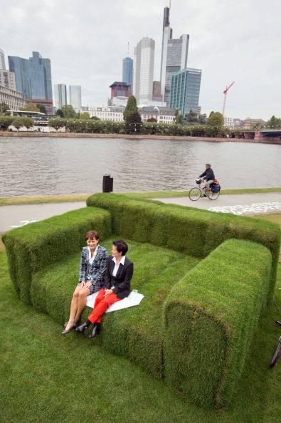 Francoforte un divano gigante fatto con il prato for Divano gigante