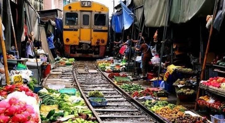 Il treno passa dentro il mercato