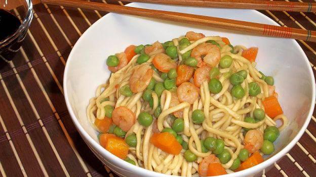 Noodles con Verdure e gamberetti