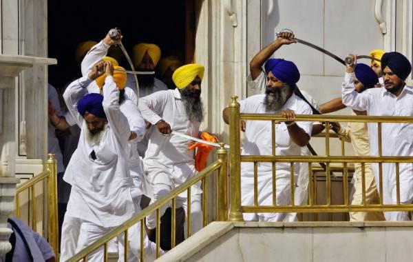 India battaglia a colpi di sciabola