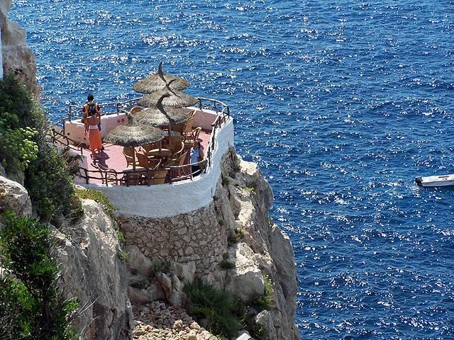 Minorca ecco il locale nelle grotta a picco sul mare for Nomi di locali famosi
