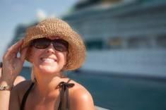 crociera - Beautiful Vacationing Woman with Cruise Ship