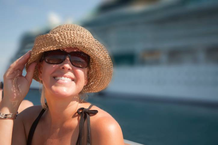 crociera - Beautiful Vacationing Woman with Cruise Ship