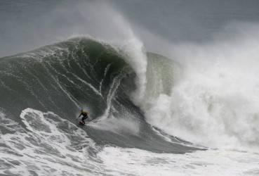 Il surfista McNamara cavalca un'onda a Nazarè (GettyImages)