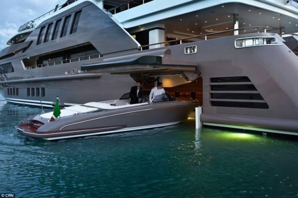 motoscafo entra nello yacht