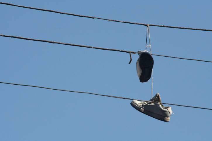 scarpe appese ai fili luce