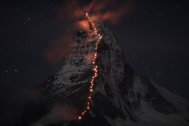 immagini spettacolari scalatori Alpi
