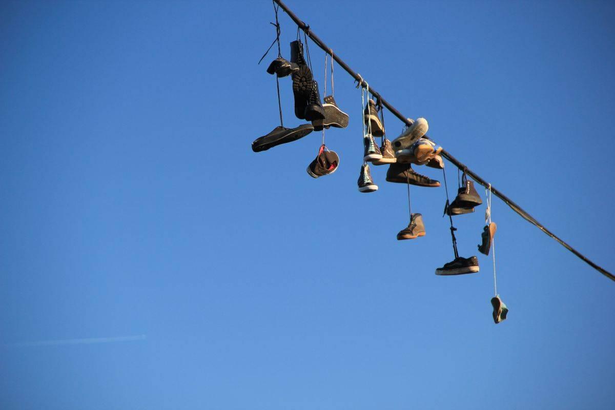 Scarpe appese fili della luce