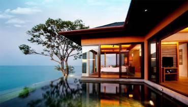 piscina sul mare con stanza