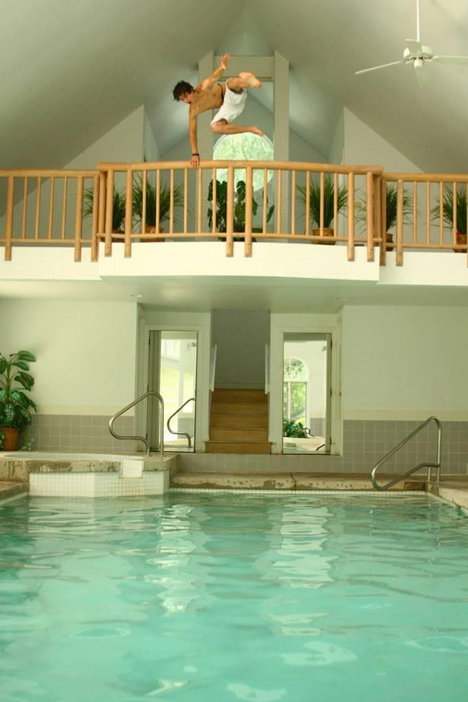 stanza con piscina 8