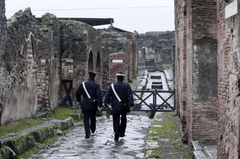 Pompei crolla ancora per la pioggia. Colpita la Casa del Centario