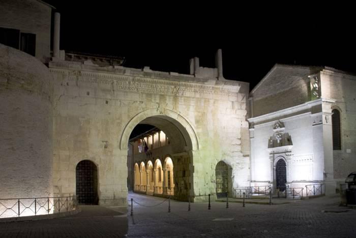 L'Arco di Augusto a Fano (Foot di Nicola Romani, da Wikipedia. Licenza: CC BY-SA 3.0)