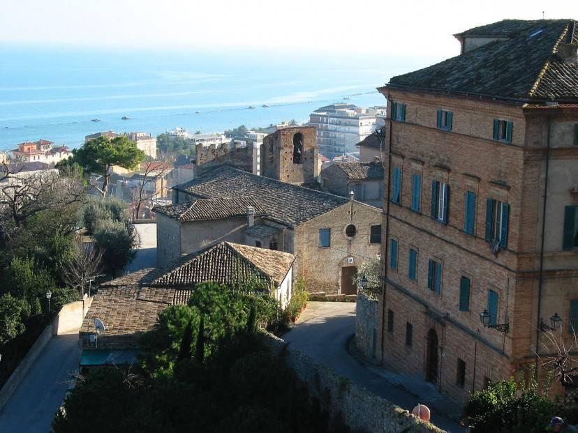Grottammare vista dal borgo (Foto di pizzodisevo da Wikipadia. Licenza CC BY-SA 2.0)
