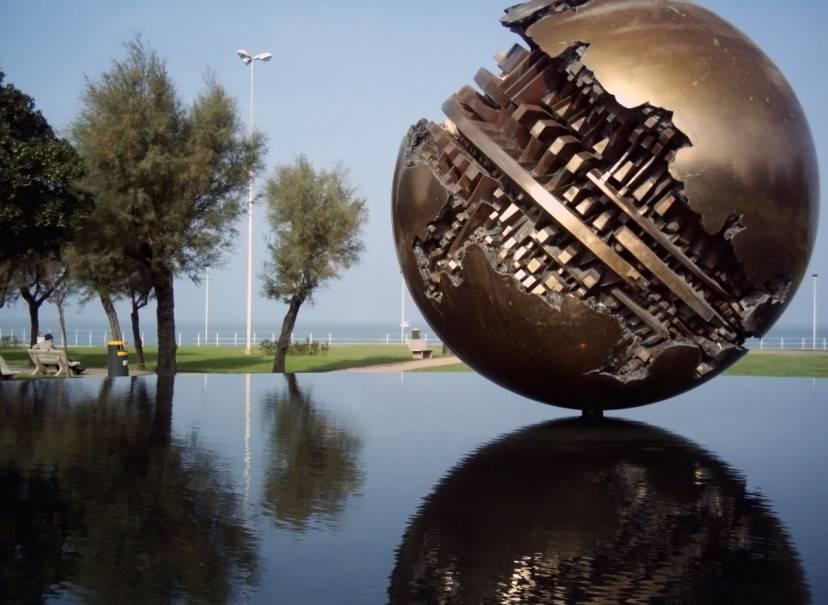 Pesaro la sfera di Arnaldo Pomodoro (Foto da Wikipedia, licenza. CC BY-SA 2.5)