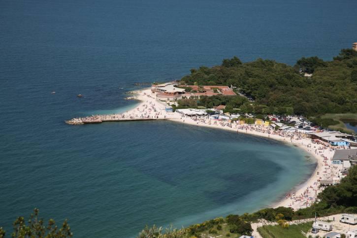 La baia di Portonovo (Ancona) con il Fortino Napoleonico (Foto Thinkstock)