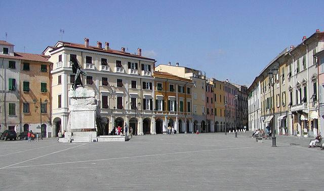 Sarzana, Piazza Matteotti (Foto di RThiele, da Wikipedia, Licenza CC BY-SA 3.0)