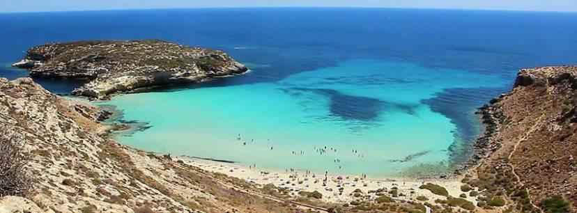 Lampedusa, Spiaggia e Isola dei Conigli (Foto Gio La Gamb, Wikipedia-LIcenza: CC BY-SA 3.0)