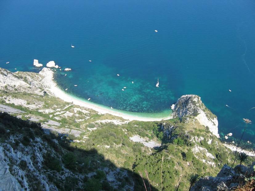 Spiaggia delle Due Sorelle (Foto di Gaspa, da Wikimedia Commons. Licenza CC BY 2.0)