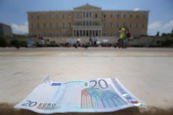 Il parlamento di Atene e una banconota da 20 euro (Christopher Furlong/Getty Images)