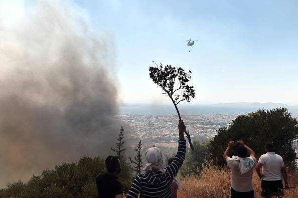 Incendio vicino ad Atene (ARIS MESSINIS/AFP/Getty Images)
