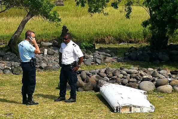 Un pezzo di ala d'aereo forse del volo MH370 sull'isola della Réunion (YANNICK PITOU/AFP/Getty Images)