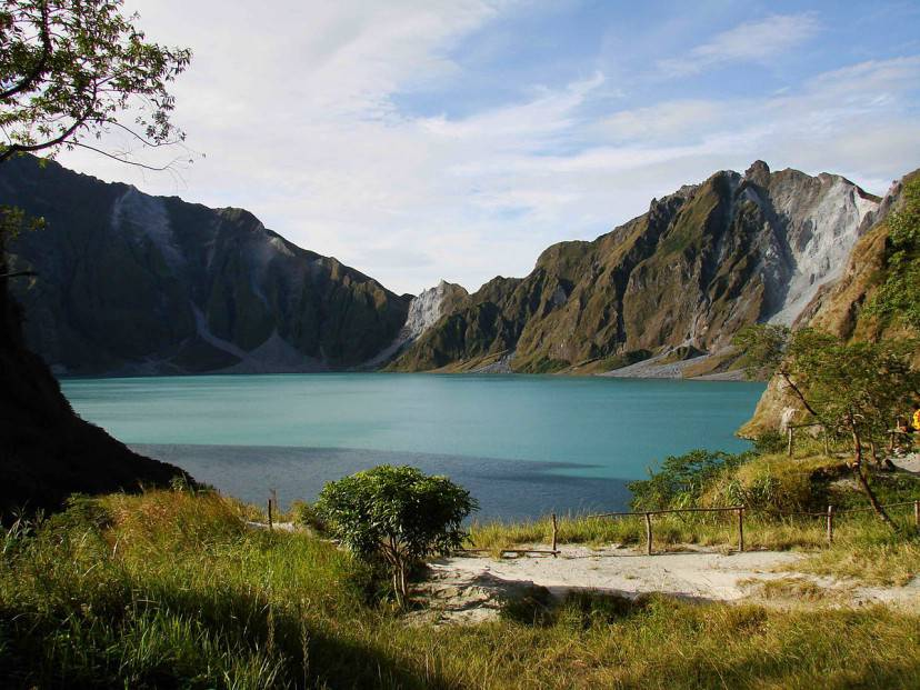 Lago Pinatubo (Foto di ChrisTomnong da Wikipedia. Licenza CC BY-SA 3.0)
