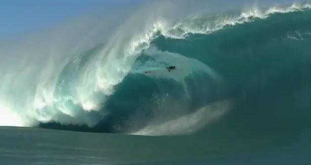 Il surfista Niccolò Porcella travolto da un'onda a Tahiti (screenshot YouTube)