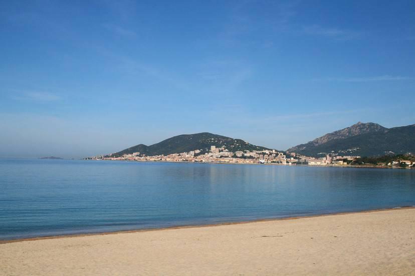 Spiaggia di Ricanto con vista su Ajaccio (Foto di Jean-Pol GRANDMONT, Wikicommons. Licenza CC BY 3.0)