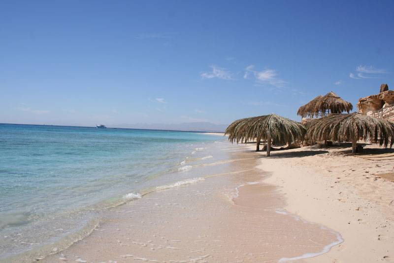 La spiaggia di Al-Mahmya a Hurghada (Foto di KarimSh, da Wikipedia. Licenza CC BY-SA 3.0)