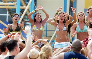 CANCUN, MEXICO - MARCH 9:  Spring breakers cheer during a taping for MTV Spring Break on the beach at The City nightclub March 9, 2005 in Cancun, Mexico. (Photo by Scott Gries/Getty Images)