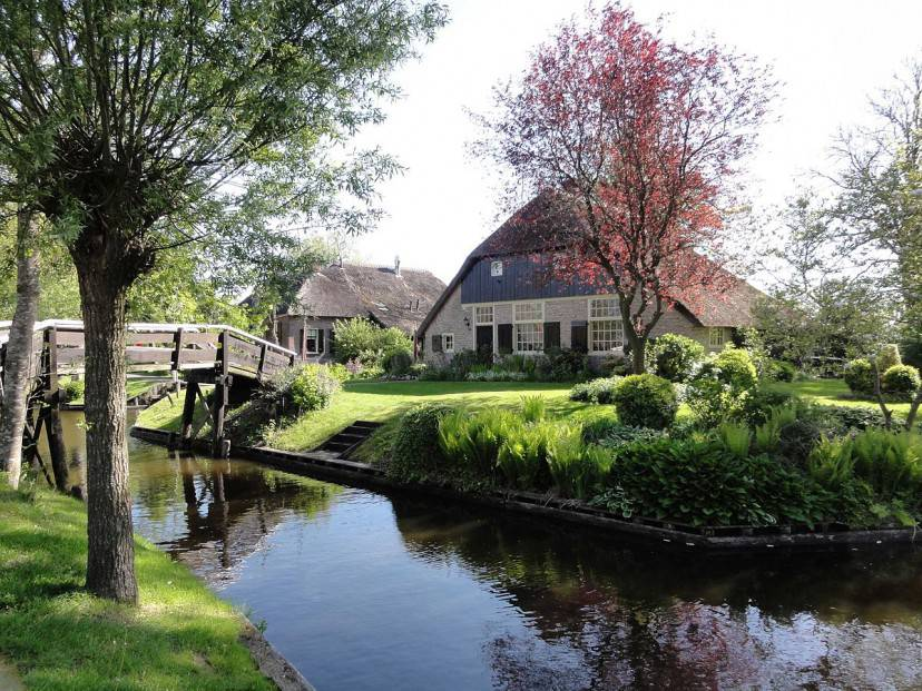 Giethoorn (Foto di Gouwenaar, Wikipedia. Pubblico dominio)