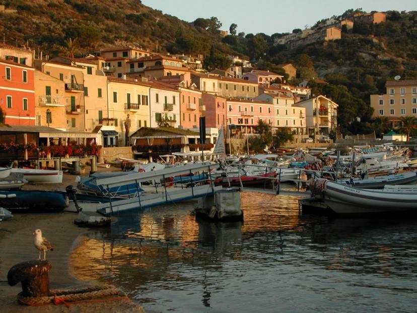 Giglio porto, Isola del Giglio (Foto di Lorenzo G from London, Wikicommons. Licenza CC BY 2.0)