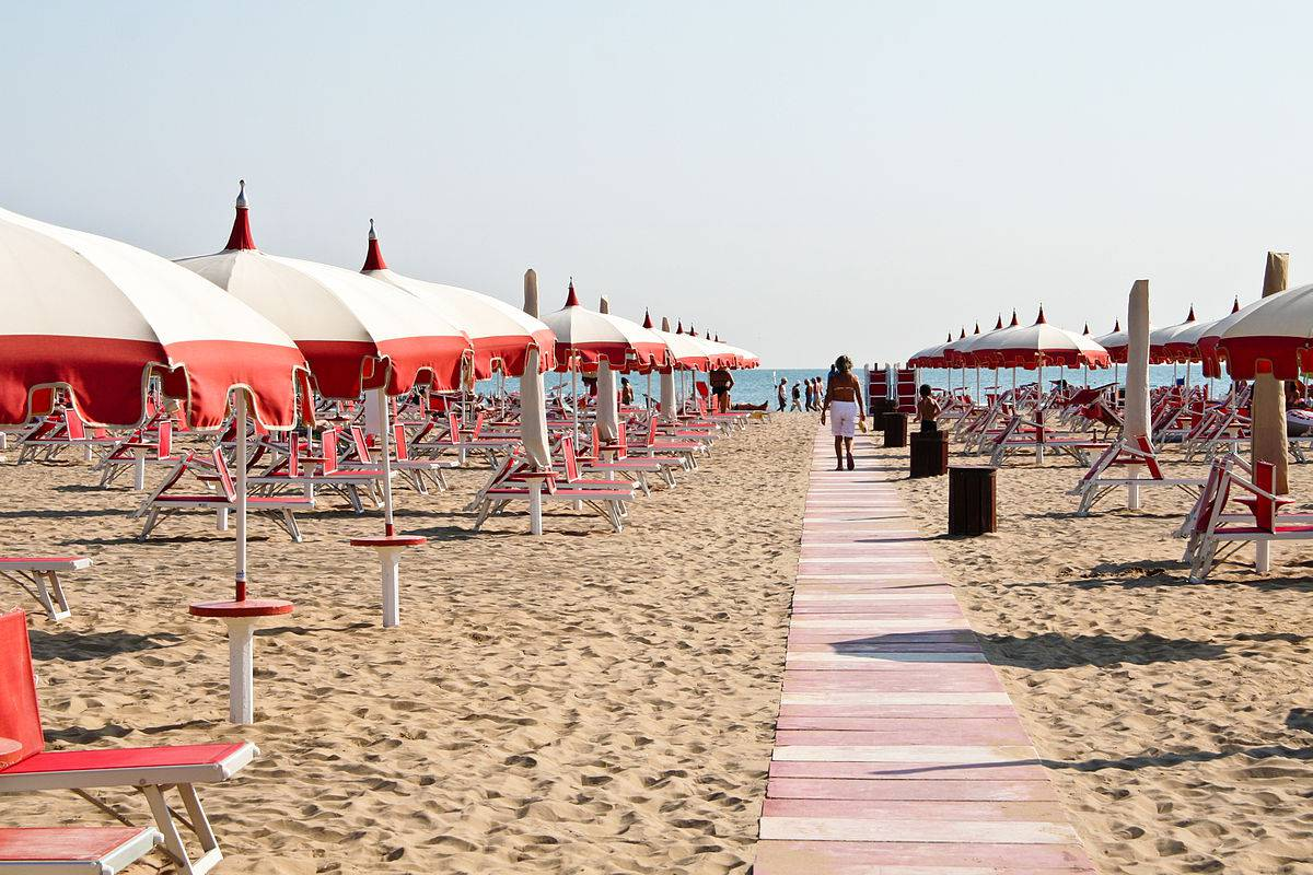 Spiaggia a Rimini (Foto di Sharon Mollerus, da Wikicommons, licenza CC BY 2.0 )