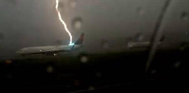 Fulmine colpisce aereo (screenshot)