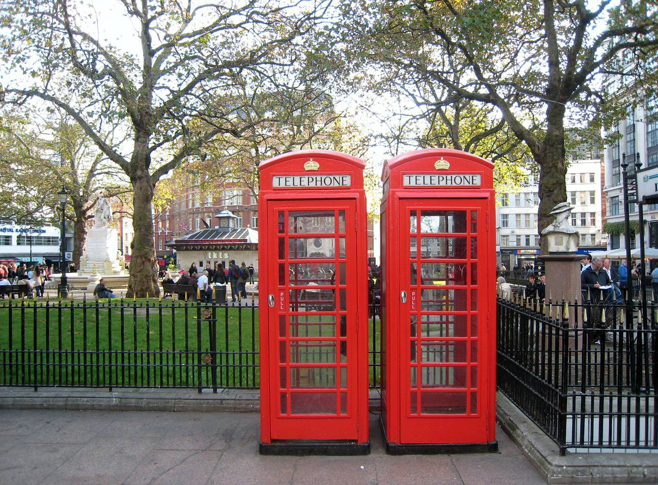 Le classiche cabine rosse del telefono a Londra (Pixabay)