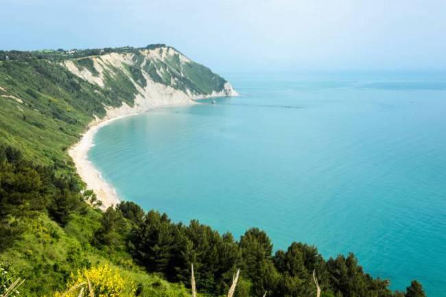 Conero Spiaggia di Mezzavalle dall'alto (Thinkstock)