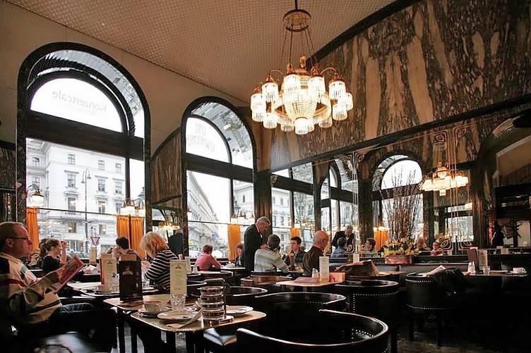 Caffè Schwarzenberg a Vienna (Foto di Andreas Poeschek. Licenza CC BY-SA 2.0 via Wikimedia Commons)