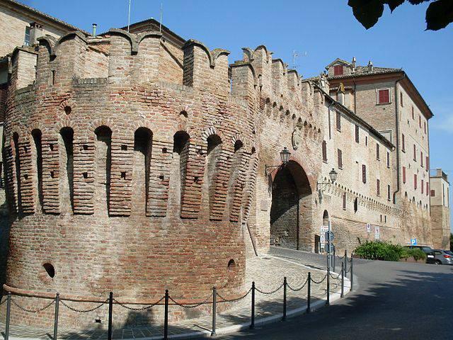 Corinaldo, cinta muraria e porta (Foto di Claudio.stanco. Licenza CC BY-SA 4.0 tramite Wikimedia Commons)