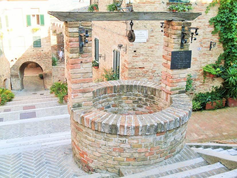 Corinaldo, il Pozzo della Polenta (Foto di Claudio.stanco. Licenza CC BY-SA 4.0 via Wikimedia Commons)