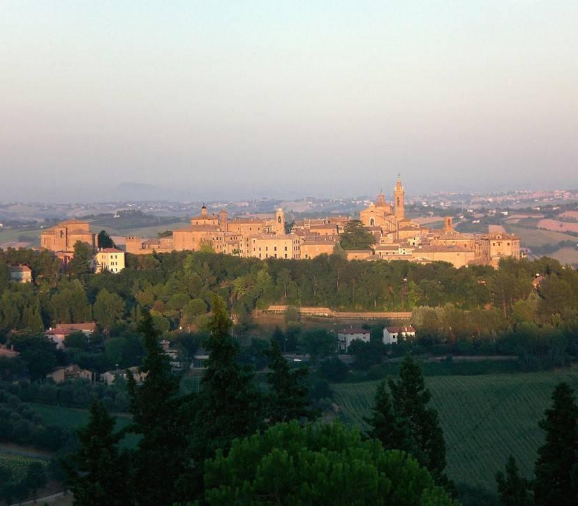 Panorama di Corinaldo (Foto di Enrico90p. Licenza CC BY-SA 3.0 tramite Wikimedia Commons)