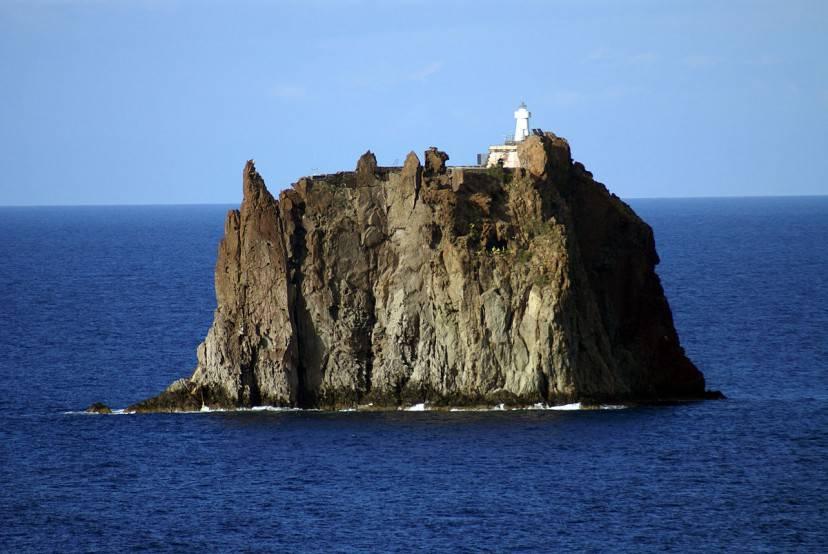 Faro di Strombolicchio (Foto di Giovanni da Catania. Licenza licenza CC BY-SA 2.0 tramite Wikimedia Commons)