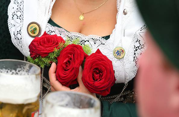 Oktoberfest, donna in costume bavarese (KARL-JOSEF HILDENBRAND/AFP/Getty Images)