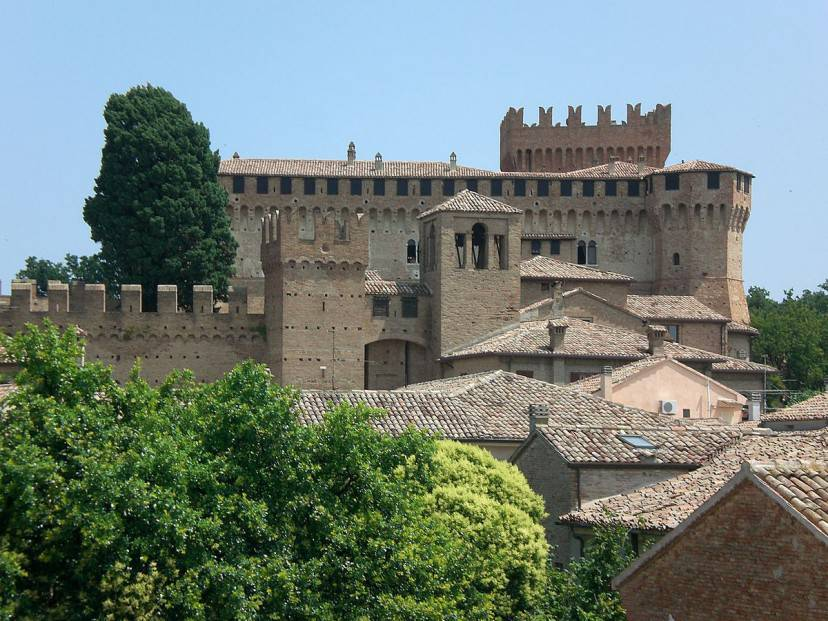 Il castello e il borgo di Gradara (Foto da Wikipedia, Pubblico Dominio)