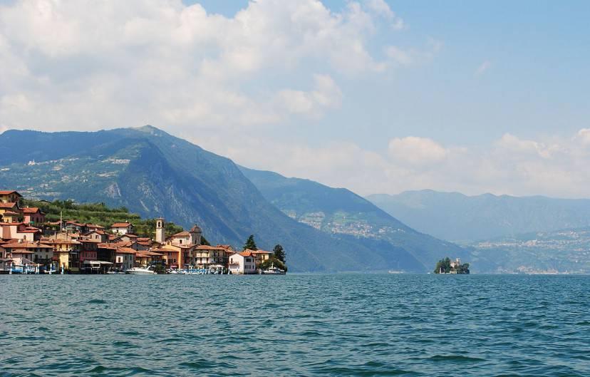 Monte Isola, frazione di Carzano, Lago d'Iseo (Foto di Jon Shave. Licenza CC BY 2.0 via Wikimedia Commons)