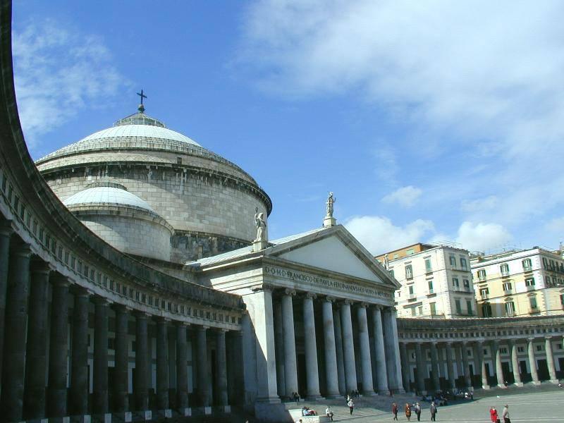 Piazza del Plebiscito a Napoli (Foot di Lalupa, Pubblico Dominio, via Wikicommons)