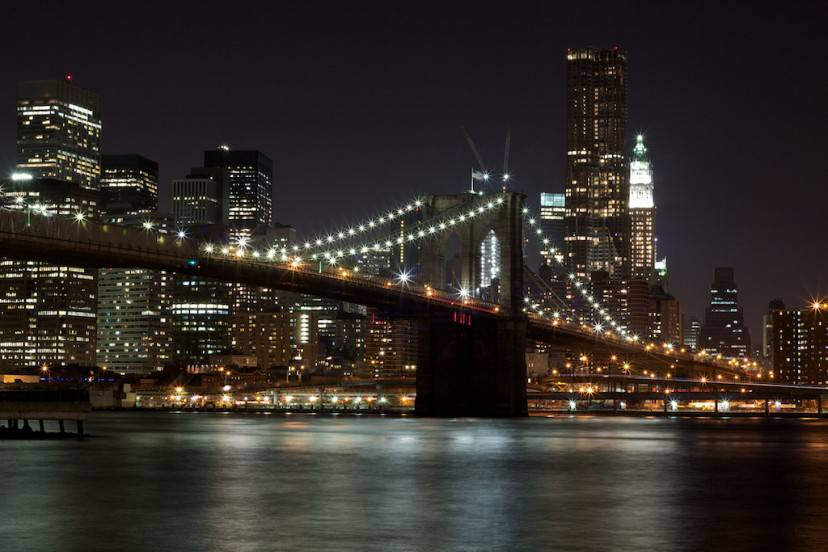 New York, Ponte di Brooklyn (Foto di TheGlowingClown. Licenza CC BY-SA 3.0 via Wikimedia Commons)