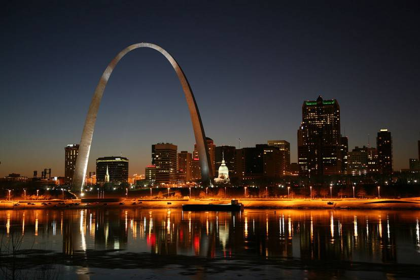 St. Louis di notte (Foto di Daniel Schwen. Licenza CC BY-SA 3.0 via Wikimedia Commons)