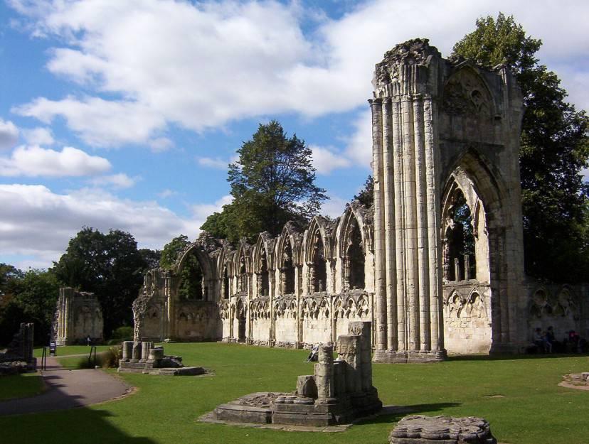 York, rovine dell'Abazia di St. Mary (Foto di Kaly99. Licenza CC BY-SA 3.0 via Wikimedia Commons)